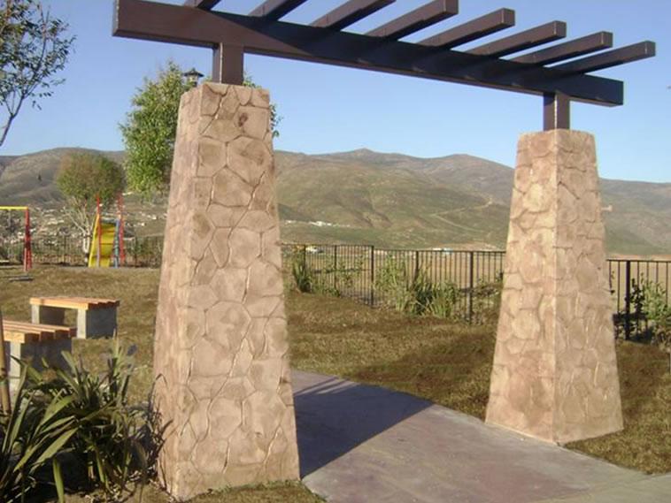 <p>Molde en muro Patio Stone <br />Color: Marfil<br />Desmoldante: Café- chocolate<br />Ejecución: Ing. Fernando Alvarez<br />Tijuana, BC</p>