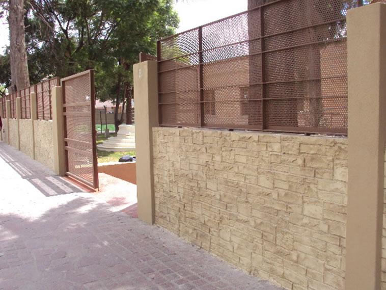<p>ESCUELA CENTENARIO EN DOLORES HIDALGO, GTO<br />Molde en muro Pile Stone<br />Color: Marfil<br />Desmoldante: Olivo<br />Ejecución: Solidez</p>