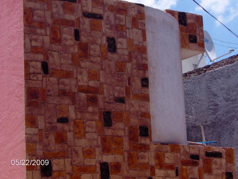 <p>Molde en muro Small Quarry<br />Color: Beige con aplicación de Crink Acid Stain color Darken, Egypt y Sunshine.<br />Desmoldante: Café- chocolate <br />Ejecución: Solidez<br />Guanajuato, Gto.</p>