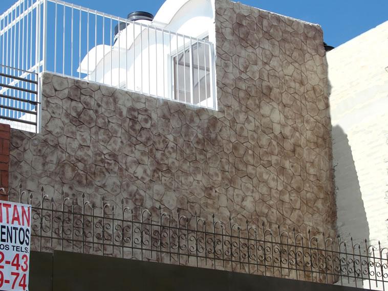 <p>Molde en muro Patio Stone<br />Color: Marfil<br />Desmoldante: Café<br />Ejecución: Acabados y Materiales Loma Bonita<br />León, Gto.</p>