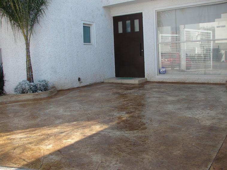 <p>Concreto estampado y Oxidado<br />Molde: Stone Texture<br />Color: Marfil y Desert<br />Ejecución: Solidez<br />León, Gto</p>