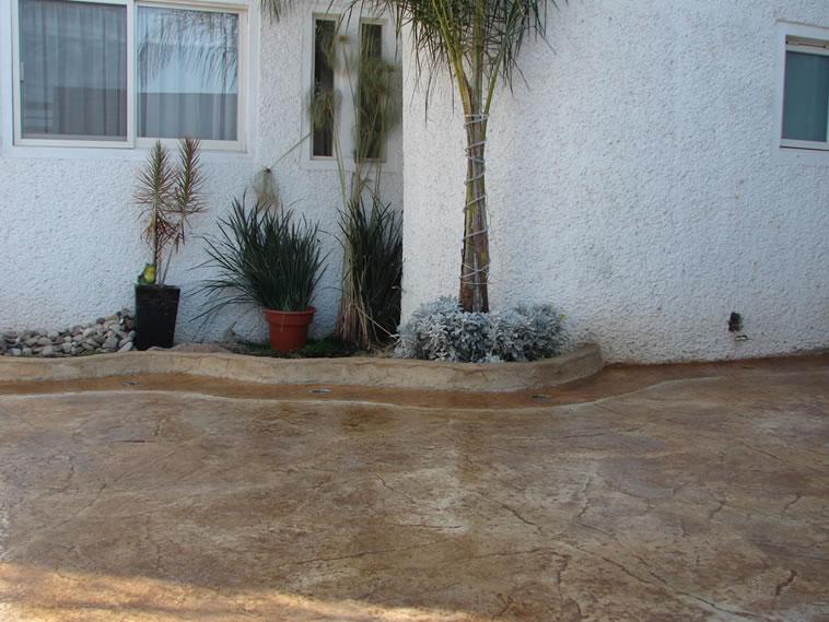 <p>Concreto estampado y Oxidado<br />Molde: Stone Texture<br />Color: Marfil y Desert<br />Ejecución: Solidez<br />León, Gto.</p>